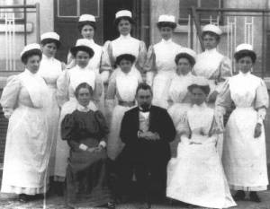 Edith Cavell (front left) seated beside Dr Antoine Depage and his wife Marie (front right).