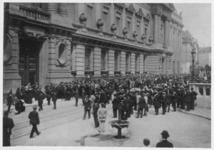Crowds outside the National Bank of Belgium in Brussels fearing a run on the Franc in July 1914.