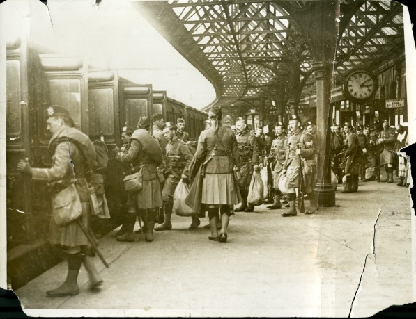 Members of the 4th Battalion, The Black Watch, at Tay Bridge Station
