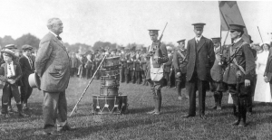 Redmond inspects volunteer force, but Kitchener would not allow them to form a Division.