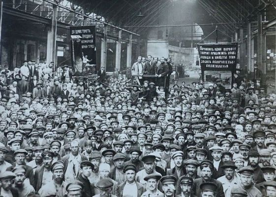 Mass meeting at the Putilov Works ini StPetersburg in February 1917.